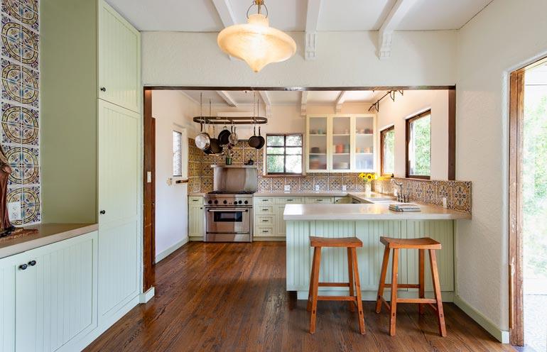 Keittiössä näkyy talon emännän vaalima maanläheisyys, vaikka talosta juhlavuuttakin löytyy.