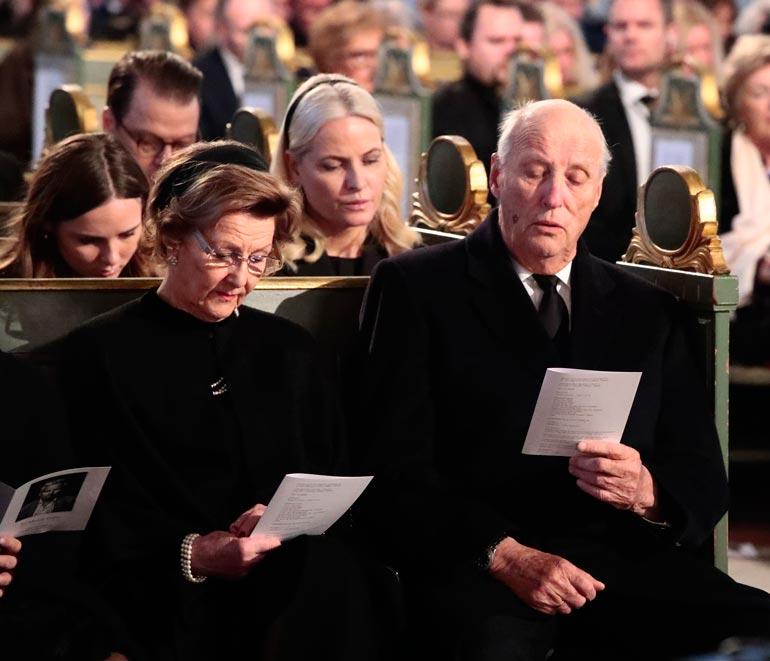 Kuningaspariskunta on aikaisemminkin joutunut menettämään läheisiään. Kuningas Harald oli vasta 17-vuotias menettäessään äitinsä ja kuningatar Sonjan sisko päätti itse päivänsä.