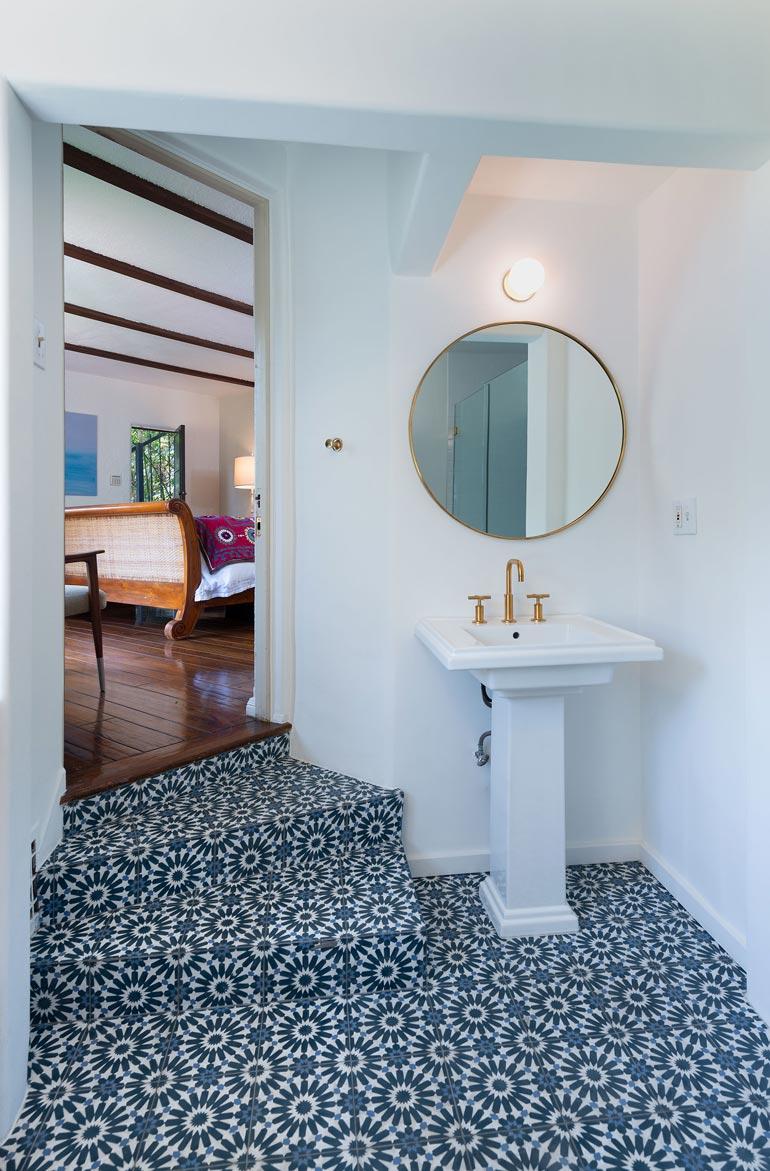 Kylpyhuoneita talossa on viisi. Rakennusaika, 1920-luvun loppu, näkyy romanttisina pikkusokkeloina ja -rappusina.