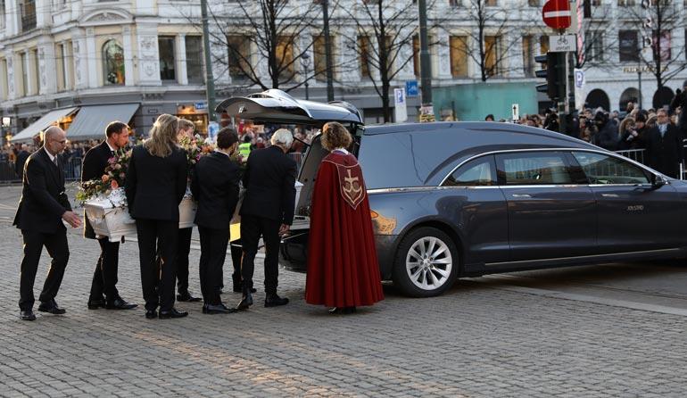 Prinssi Haakon (2.vas.)  kantoi Ari Behnin arkkua.