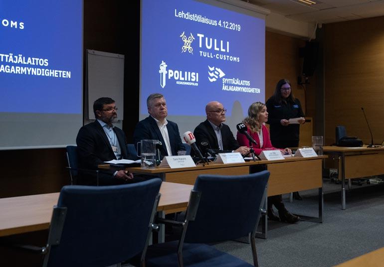 Poliisi onnistui selvittämään Silkkitieltä noin 7 500 suomalaisen henkilöllisyyden, joiden epäillään liittyvän huumausainekauppaan. Sami Rakshit, Hannu Sinkkonen, Jari Räty ja Anna-Riikka Ruuth tiedottivat viranomaisyhteistyöstä joulukuun alussa.