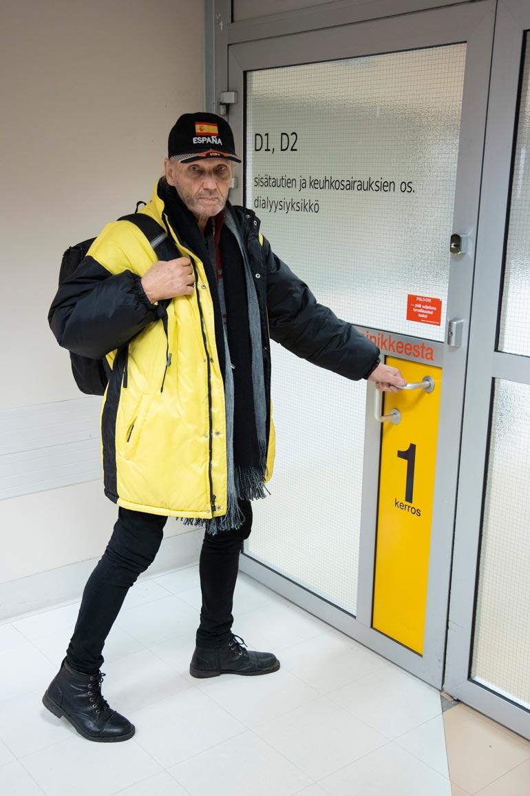 Laulaja- ravintoloitsija otti lennon Suomeen lääkäriä varten. Toiveena on edes yksi elinvuosi lisää uuden lääkityksen turvin.