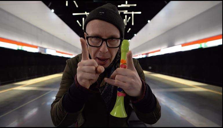 Musiikkivideolla Jouni räppää englanniksi.