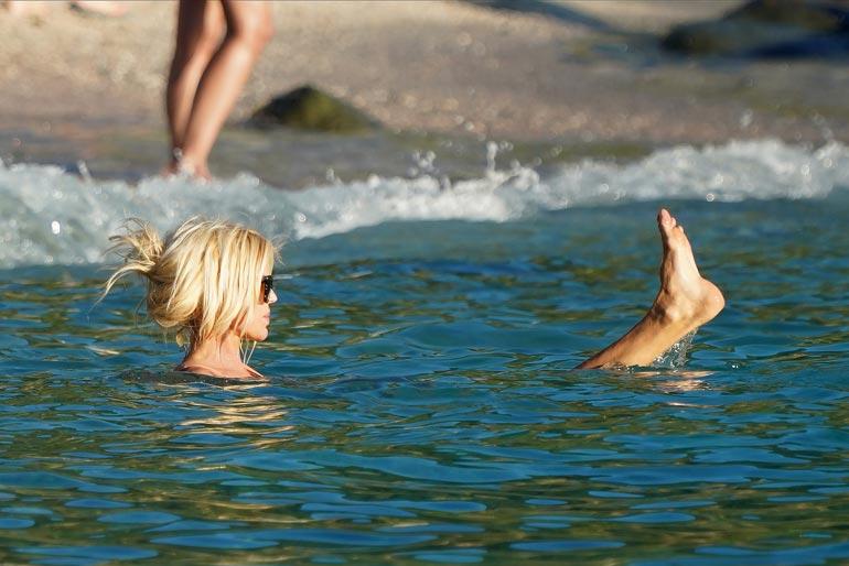 ... ja molskahti veteen. Linnunmaidon lämpöinen merivesi auttoi huuhtomaan hiekan bikineistä.