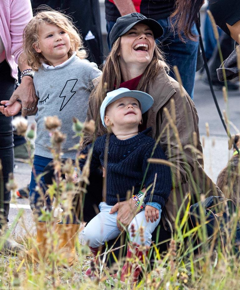 Sofialla ja Carl Philipillä on lapset Alexander, 3, ja Gabriel, 2. Hekin saavat tavallisemman elämän pappa-Kustaan päätöksen takia.
