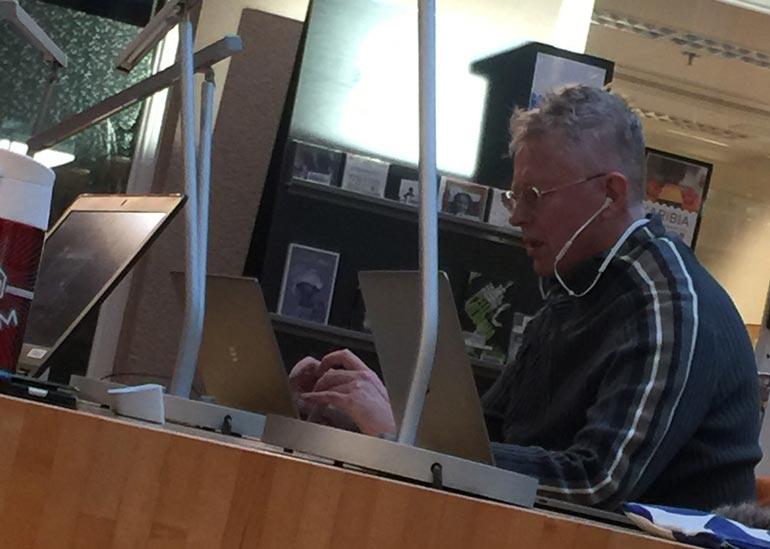 Pekka Pouta kirjastossa.