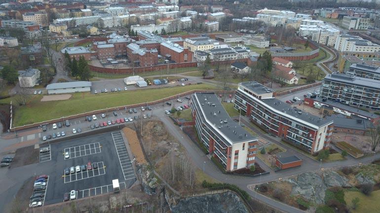 JVG-tähden asuintalolta näkee suoraan Sörkan vankilan pihalle. Välissä on kuitenkin korkea aita, joten kutsumattomia vieraita ei tarvitse pelätä.