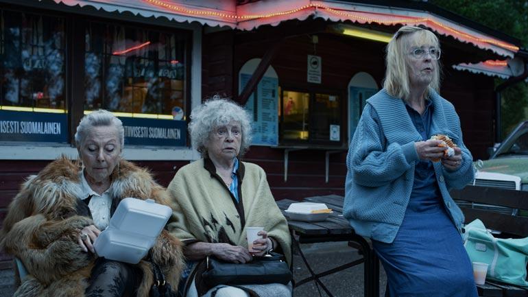 Saara pääsee näyttelemään Teräsleidit-leffassa pitkä- aikaisten ystäviensä Seela Sellan ja Leena Uotilan kanssa.  – Kävimme Seelan kanssa samaan aikaan teatterikoulun, ja Leenan kanssa olemme tehneet paljon töitä teatterissa.