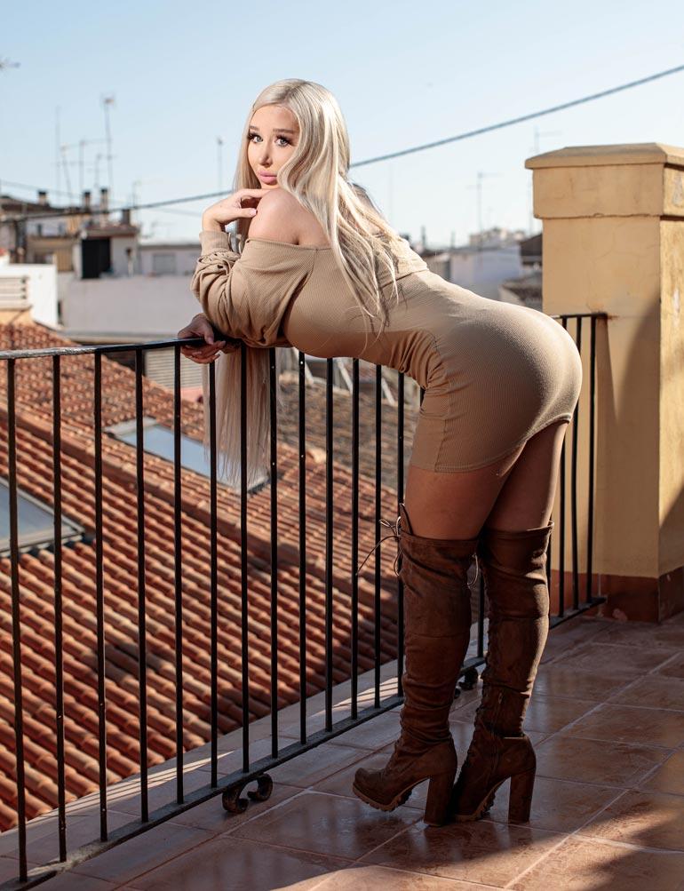 Vaikka Amandalle on tehty lukuisia kauneusleikkauksia, takalisto on supisuomalaista luomulaatua. – Pyllyni on nykyään niin hyvä, että sitä jopa purraan!