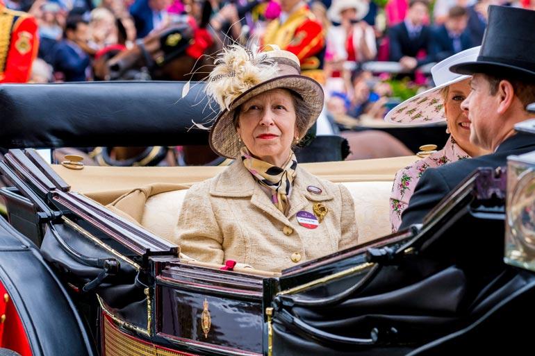 Helmikuussa 60 vuotta täyttävä prinssi Andrew joutuu seksiskandaalin vuoksi syömään  synttärikakkunsa pienessä piirissä, mutta isosisko, prinsessa Anne juhlii 70-vuotispäiviään hieman näyttävämmin.