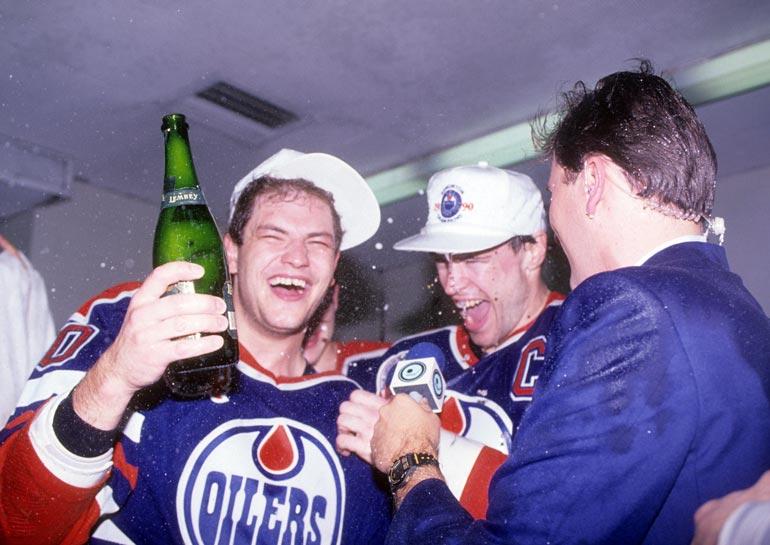 Vuonna 1990 pukukopissa juhlittiin Oilersin Stanley Cupin voittoa Boston Bruinsista.