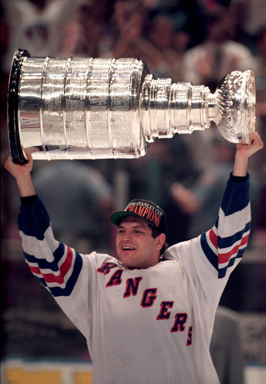 Ja Tikkanen tuulettaa! Esa nappasi uransa viidennen Stanley Cupin keväällä 1994. Tuolloin seurana oli legendaarinen New York Rangers