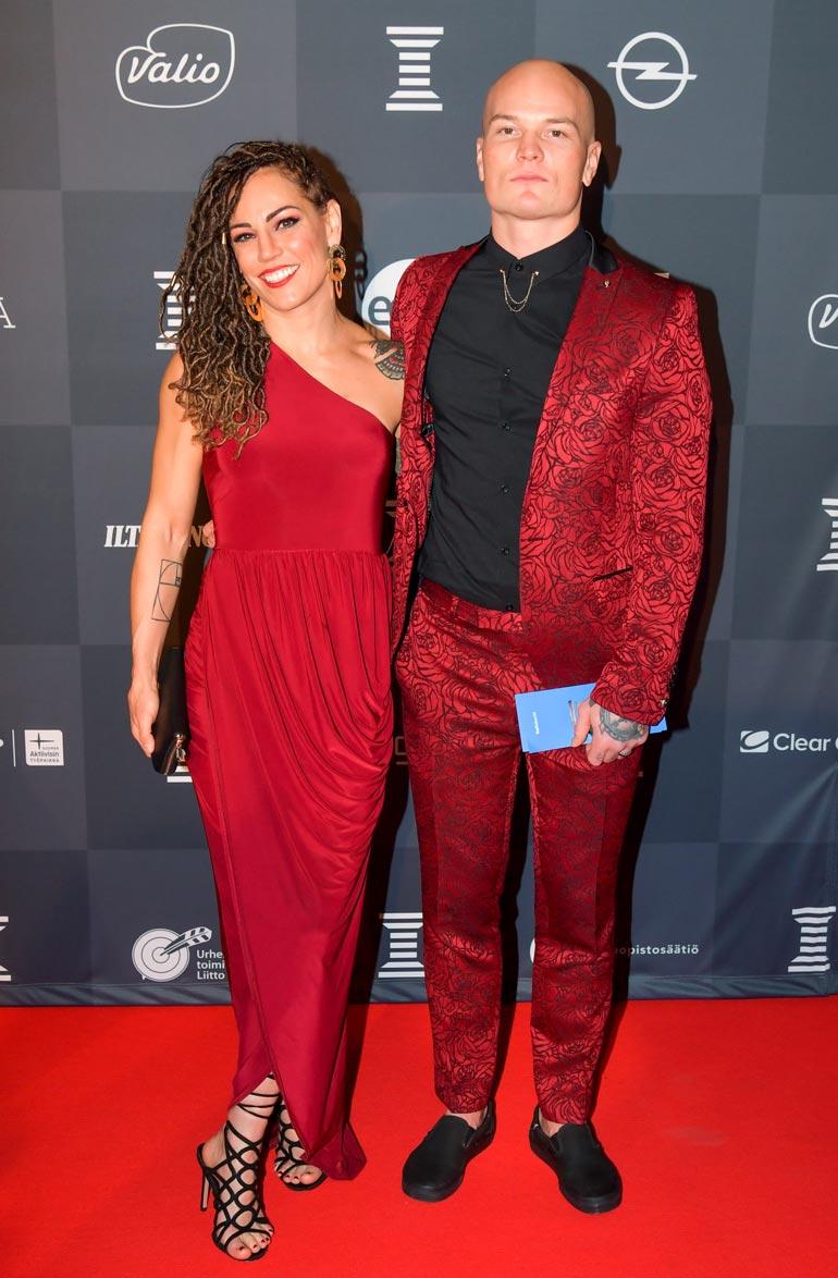 Eva ja Niklas pukeutuivat punaiseen Urheilugaalassa.
