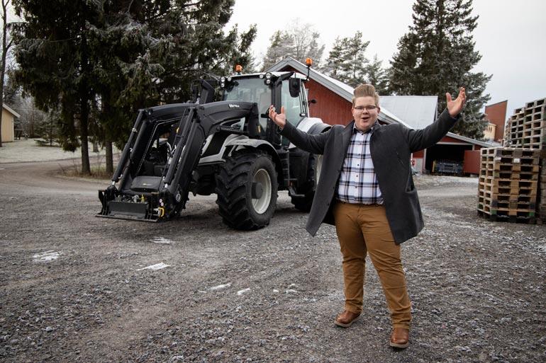 Henri Jokinen laulaa usein komean Valtran traktorin kopissa. – Tervetuloa maalle, ysiluokkaa käyvä laulajalupaus hymyilee.