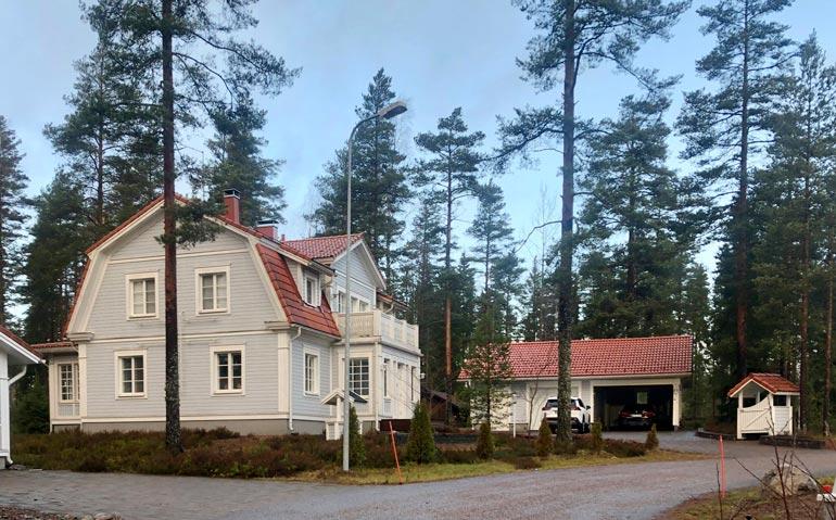 Kohupari asuu korven keskellä Nurmijärvellä. He ostivat reilun 300 000 euron hintaisen talon yhdessä.