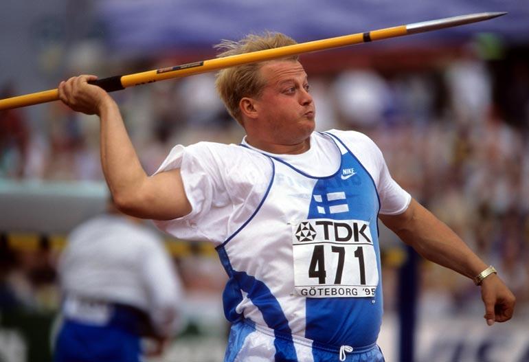 Seppo antoi kepille kyytiä siihen malliin, että palkinto- kaappi pursuaa jalo- metallia. Kuva Göteborgin MM-kisoista 1995.