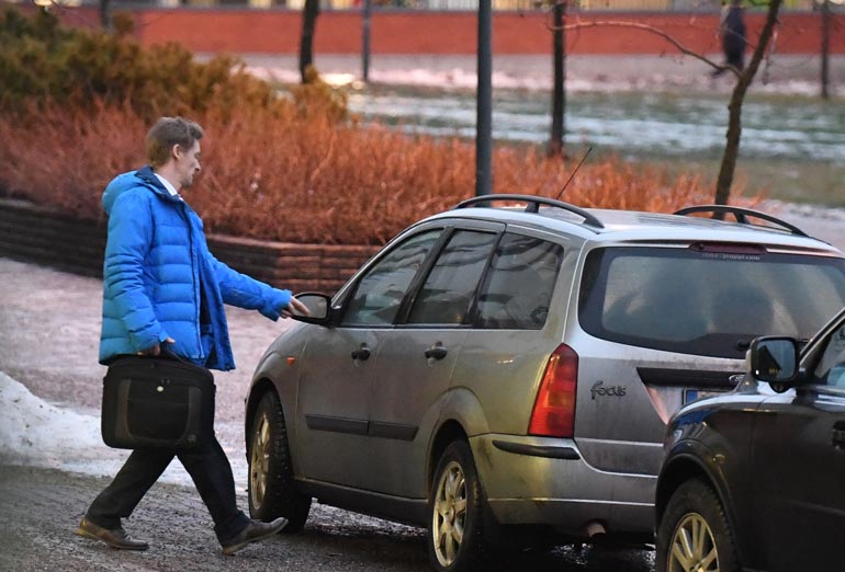 Tässä lähtee asuntonäytölle olympiavoittaja Toni Nieminen. Auto tosin on jo parhaat päivänsä nähnyt.