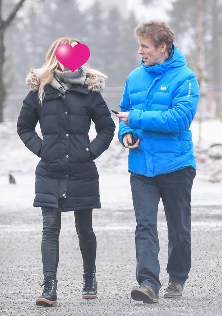 Paparazzi bongasi Tonin ja hänen uuden kultansa viime viikolla Oulusta. Kaksikko liikkuu kaupungilla avoimesti yhdessä eikä peittele hellyydenosoituksia.