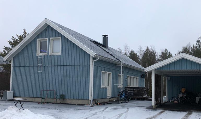 Toni ja uusi kulta asuvat uusioperheineen modernissa omakotitalossa lähellä Oulun keskustaa.