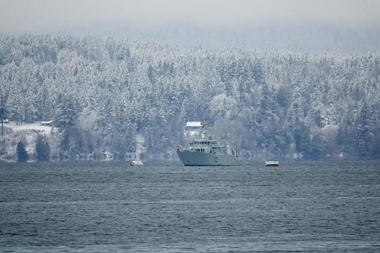 Kanadan laivasto on turvannut herttuaparin pitkäksi venähtänyttä vuosilomaa Vancouverinsaaren edustalla.