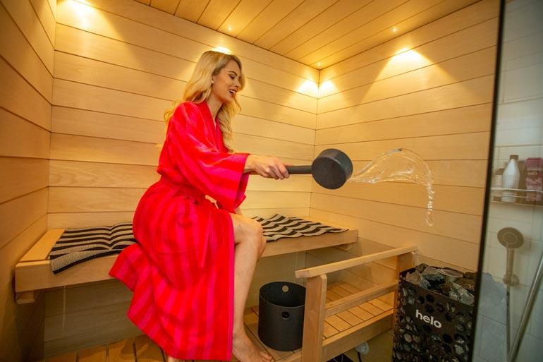Suomen kaunein saunoja? Öky-kiusas sihisee, kun Miss Suomen 1. perintöprinsessa Jutta Kyllönen, 21, ottaa kunnon löylyt Oulun-kaksionsa luksuslauteilla.