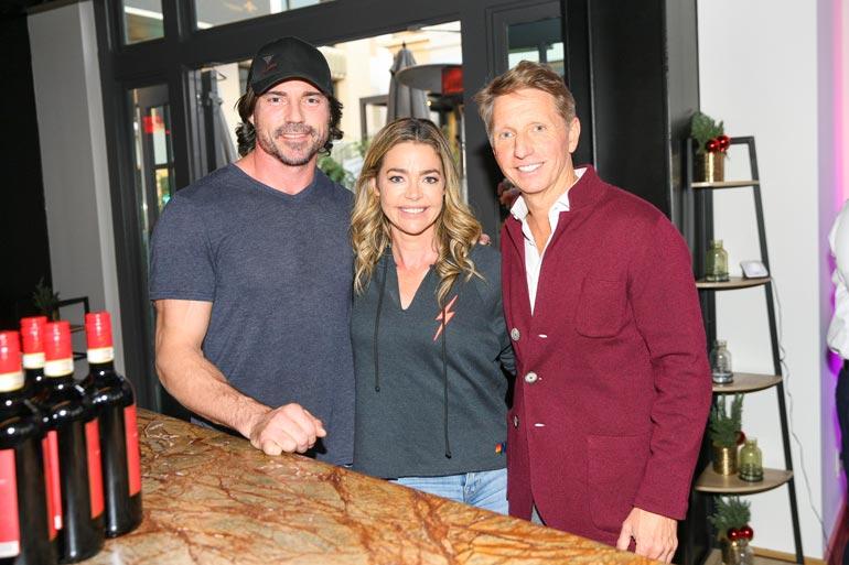 Denise Richards osallistui nykyisen tv-sarjansa Kauniiden ja rohkeiden juhliin miehensä Aaron Phypersin kanssa. Oikealla on sarjan tuottaja Brad Bell.