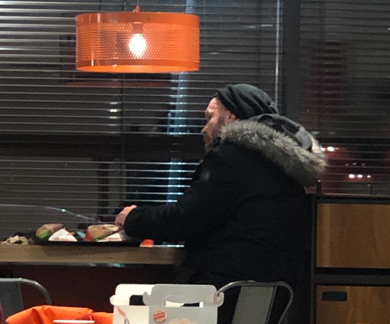 Rauhoittunut Jere ikuistettiin seuraavana alkuiltana syömässä purilaisia Levin Burger Kingissä.