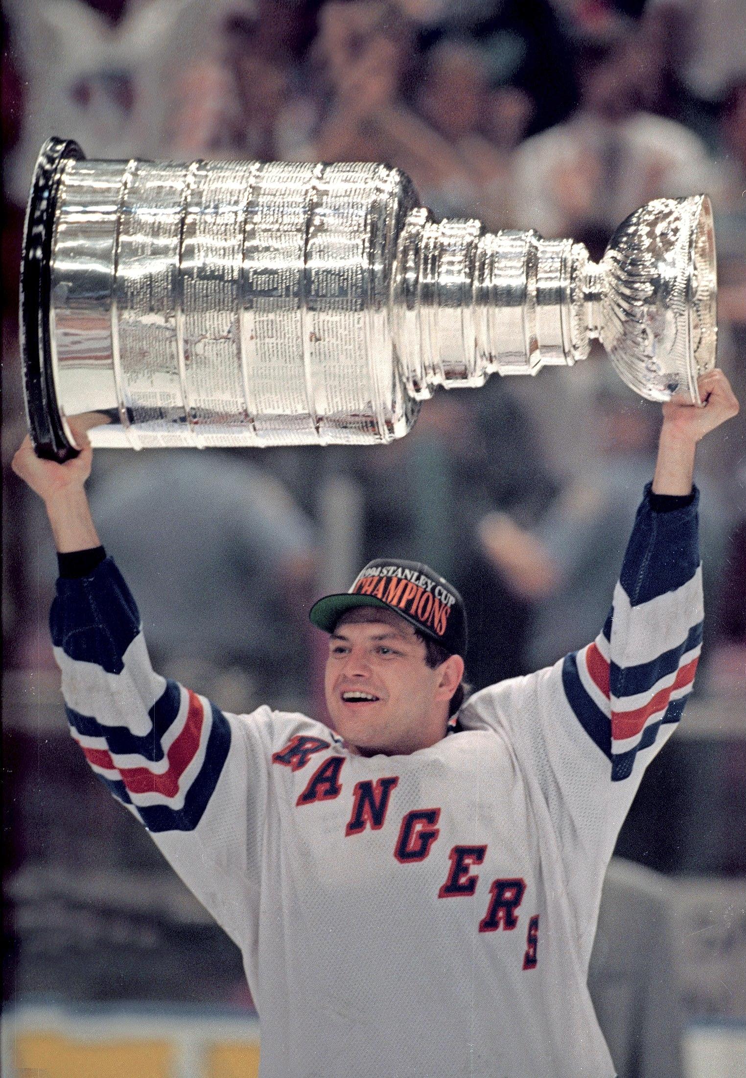 Rangers-legenda Esa Tikkanen tunnistetaan yhä New Yorkissa. Kuinka monessa minuutissa Tikin käsi väsyy nimmareihin? – Välillä väsyy ja välillä ei! Varsinkin pelipäivinä ja Manhattanin NHL Storessa kyllä tunnistetaan, Esa myhäilee.