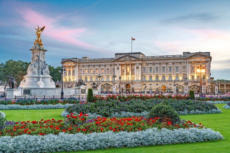 Buckinghamin palatsi saa nyt toimia Beatricen vihkiseremonian näyttämönä. Se muuttaa juhlan luonteen majesteetilliseksi.
