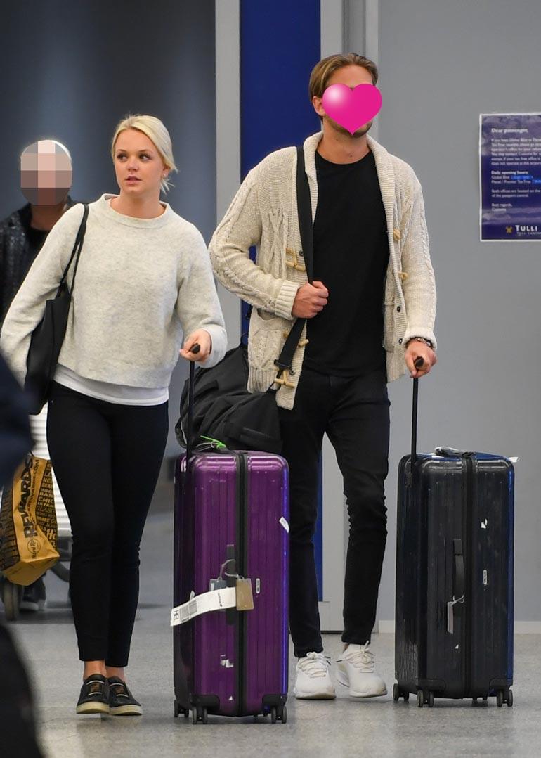 Emilia ja uusi rakas saapuivat varhain viime viikon maanantaina Helsinki-Vantaan lentoasemalle. Pari näytti pitkän lennon jäljilta uupuneilta, mutta hyvin lomailleilta.