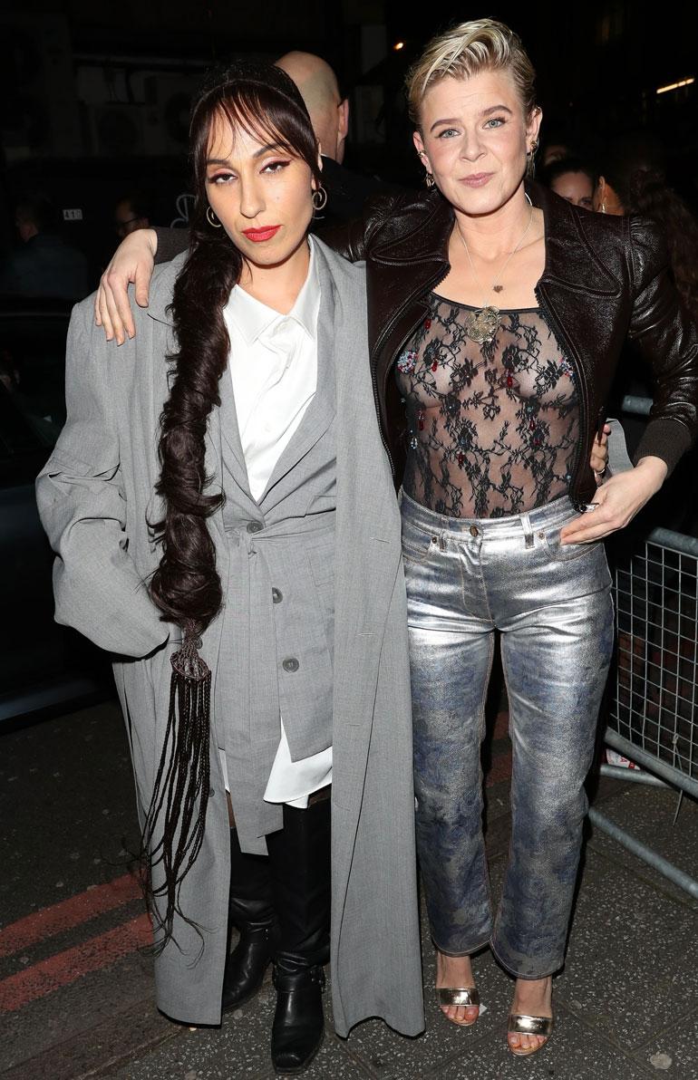 Robyn NME-gaalassa ystävänsä kanssa.