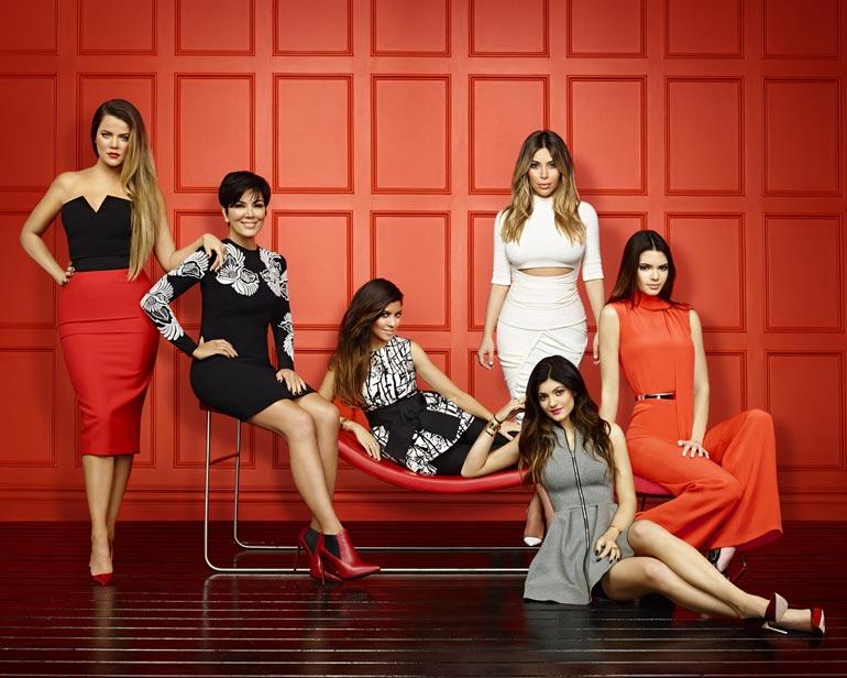 Kylie aloitti tv-uransa vain 10-vuotiaana. Klaani tienaa tv-sarjoista vuosittain 27 miljoonaa. Vuoden 2017 kuvassa vasemmalta Khloe, Kris, Kourtney, Kimberly, Kylie ja Kendall.