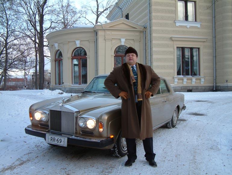 Calle hoiti asioitaan kullanvärisellä  Rolls Roycellaan vuonna 2003.