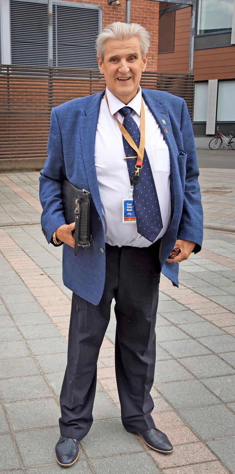 Carl Danhammer on jäämässä kodittomaksi. Käräjä- oikeudessa on avioero- hakemus, ja kotitalo on pantu myyntiin.