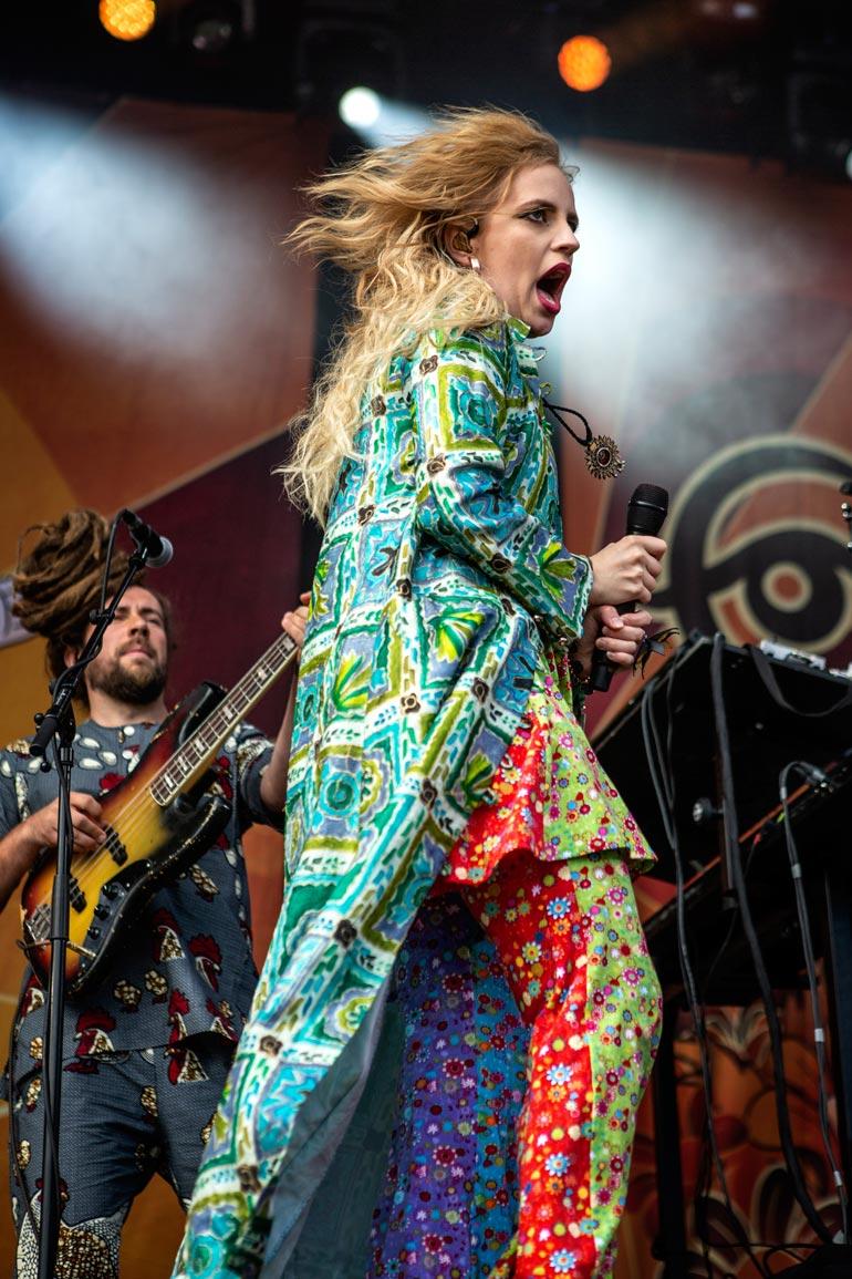 Haloo Helsingin tauon aikana Elli panosti Ellips- sooloprojektiinsa. Ellipsin Yhden naisen hautajaiset oli Emma-ehdokas viime vuoden parhaaksi rock-levyksi.