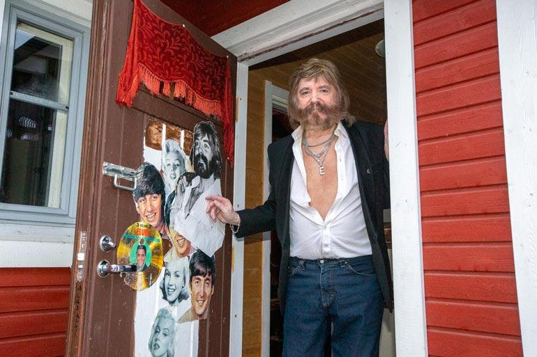 Esan Granlandissa on vieraillut vuosien saatossa kaikki Suomen suurimmat iskelmätähdet. Mutta kuka kumma oli tehnyt pihan lumityöt? – Voi voi… Uskaltaako tätä julkisesti sanoa? Minä itse! patalaiska mies parahtaa.