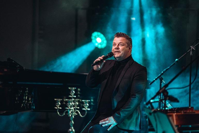 Kun seksirikossyytteet tulivat marraskuussa 2019 julkisiksi, Jari joutui perumaan talven kirkkokonserttinsa. Maaliskuussa hän kuitenkin tekee seitsemän Kulku ihmisen -konserttia.