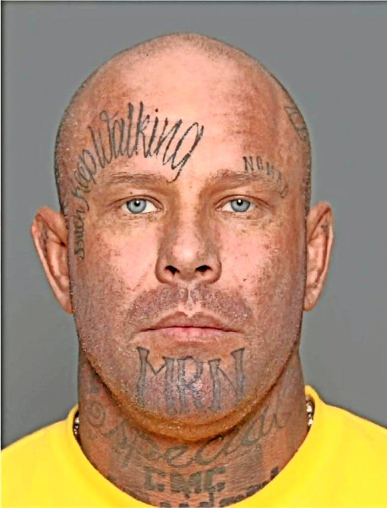 """Tältä Janne """"Nacci"""" Tranberg näytti poliisin pidätyskuvassa. Hän on sittemmin poistattanut tatuointeja kasvoiltaan."""
