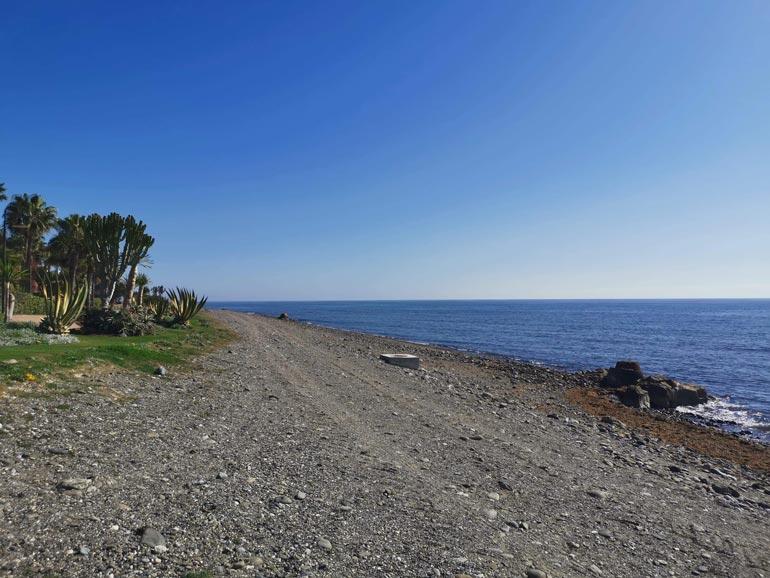Suoraan Nacin Espanjan-kodin edustalla olevalta rannalta pääsee pulikoimaan lämpimään Välimereen.