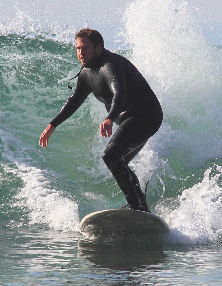 Jonah Hill surffaa 03