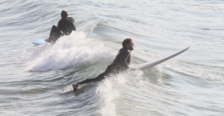 Jonah Hill surffaa 02