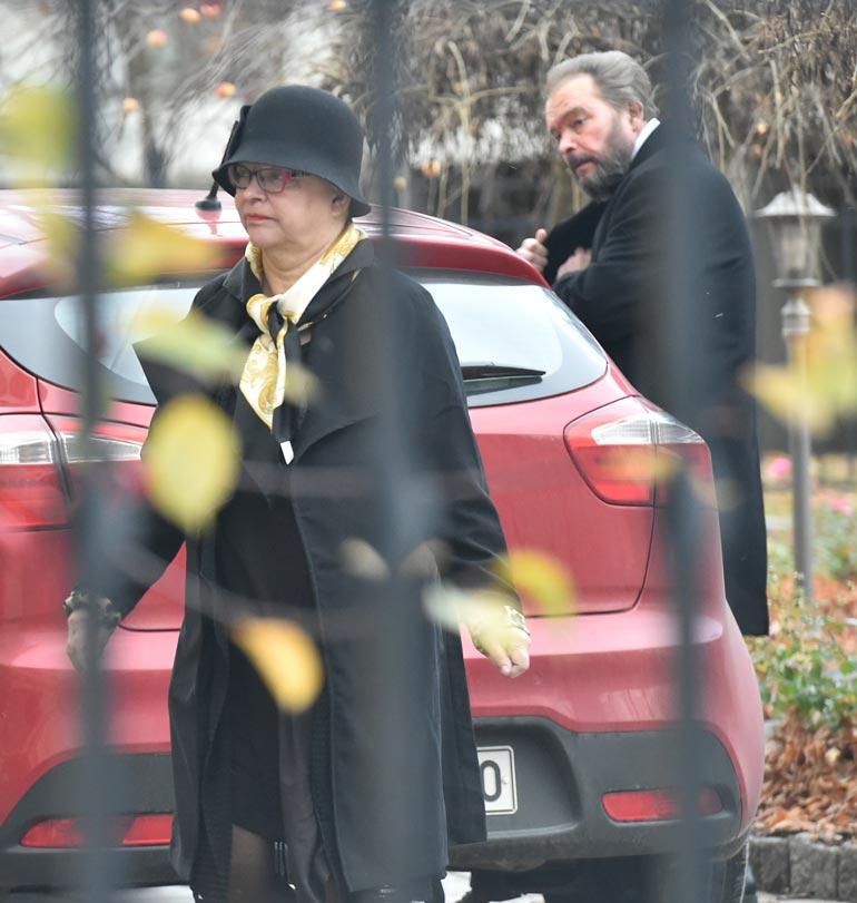Sisarukset Mervi ja Jarmo Tapola Kyllikki-äitinsä hautajaisissa syksyllä 2018.