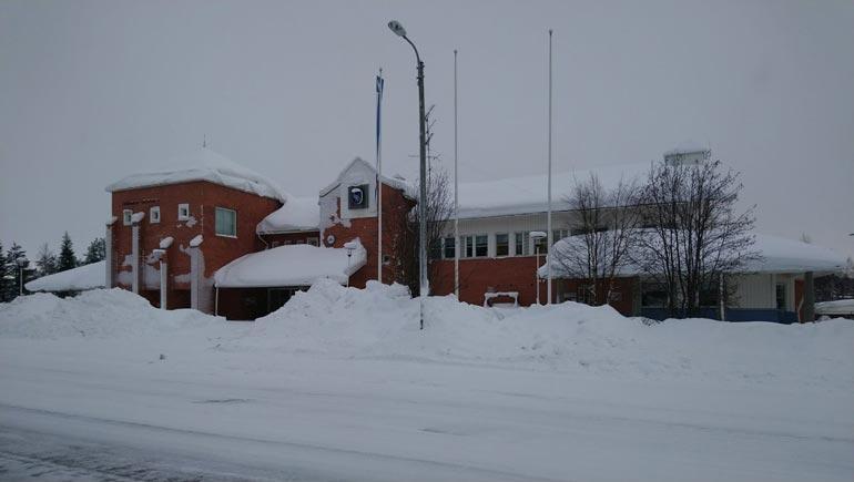 Kunnanjohtajana Mikko järjesti kunnantalolla useita kosteita ja villeiksi luonnehdittuja juhlia.