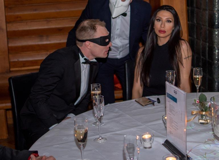 Jari-Matti Latvala juhli naamiobileissä tumman kaunottaren Asal Barghin kanssa.