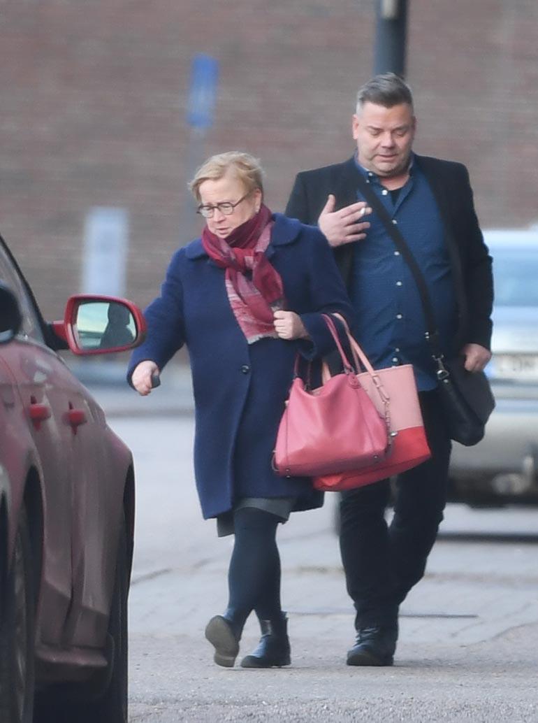 Istunnon jälkeen asianajaja Riitta Leppiniemi tarjosi Jarille kyydin Audillaan Helsingin keskustaan.
