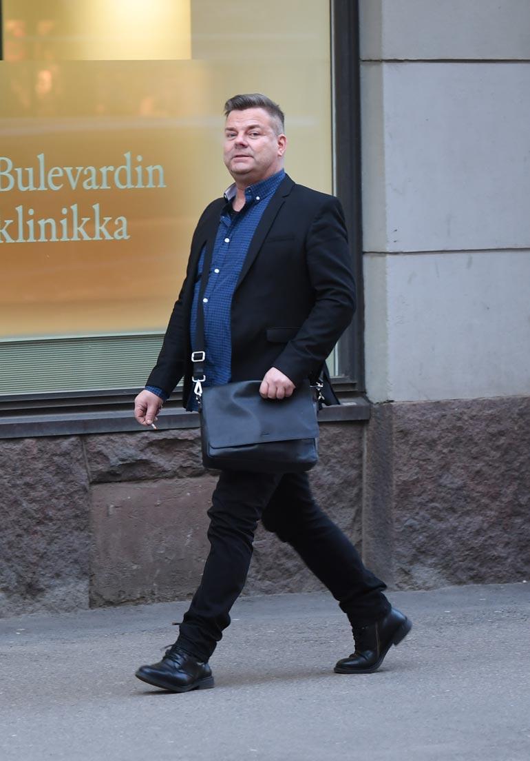Oikeudenkäynnin jälkeen Siltsu kävi vielä asianajajansa toimistolla, jonka jälkeen hän käveli kotiinsa Helsingin Fredrikinkatua pitkin. Hän vilkuili alati ympärilleen ja poltteli ketjussa tupakkaa.