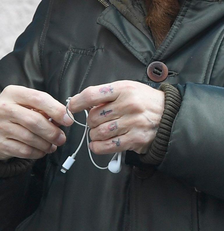 Jussin kesytöntä habitusta korostavat sormiin hankitut oudot tatuoinnit.