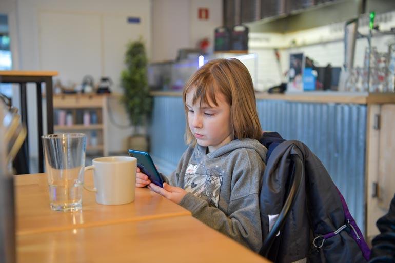 Veronikalta löytyy jo oma käyttäjätili suositusta sosiaalisen median videopalvelusta TikTokista. – Äidin mielestä olen välillä liikaa puhelimella.