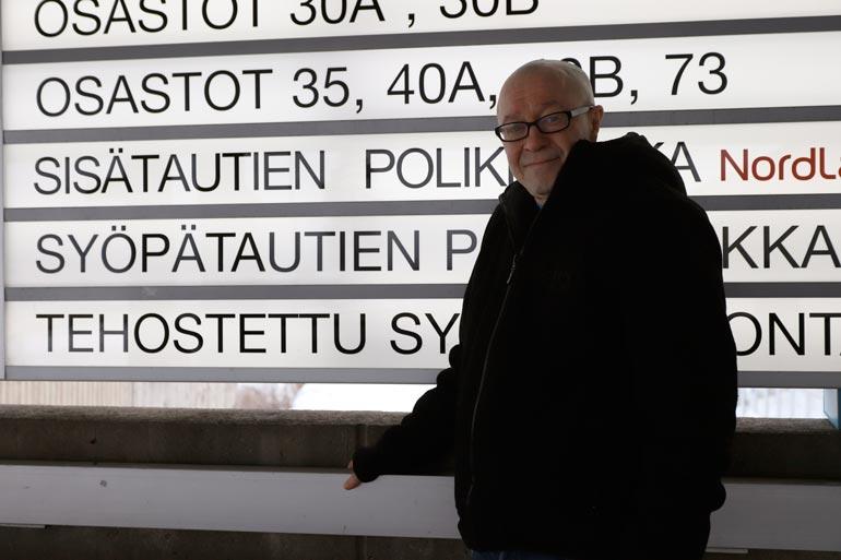 Jännittynyt Enzo Pulkkinen odotti vuoroaan röntgen- kuvaukseen torstaina 5.3. Oulun yliopistollisessa keskussairaalassa.