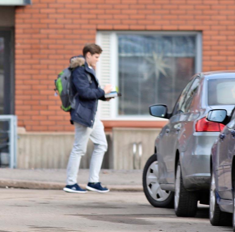 Jeri käveli tyytyväisenä kotiinsa ministerin kanssa vietetyn  sunnuntaipäivän päätteeksi.